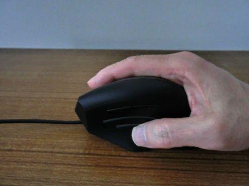右手を添えたMA-ERG7 エルゴブルーLEDマウス